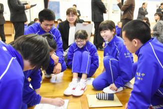 グループに分かれ、地域学習の取り組みを生かし地区活動を考える有住中の生徒