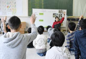 教員の問い掛けに手を挙げる仁王小の特別支援学級の児童ら=盛岡市本町通