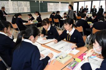 2020年オリンピック・パラリンピックの東京開催決定を受けた2紙の社説を読み比べ、主張の違いを読み解く聖霊女子短大付属高の2年生