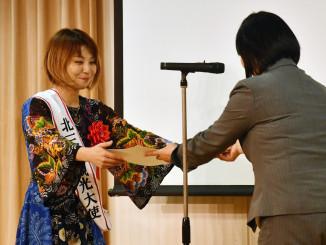 久松希美子課長から卒業証書を受ける藤織ジュンさん(左)