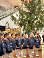 元気よくクリスマスソングを歌う園児たち