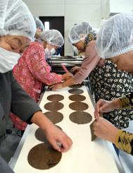 山田生せんべいの製造を体験する参加者ら
