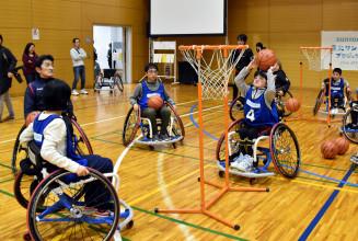 車いすバスケに挑戦する子どもたち