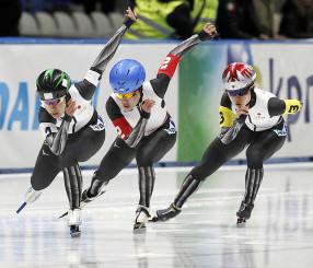 女子チームスプリントで優勝した日本の(左から)曽我こなみ、佐藤、高木美=トマショフマゾウィエツキ(AP=共同)