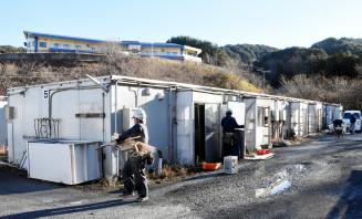 校庭の仮設住宅撤去を始めた作業員。来年には子どもたちの声が響く=10日、大槌町吉里吉里