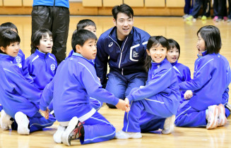 子どもたちと「ならびっこ野球」を楽しむ菊池雄星投手(中央)=9日、盛岡市本宮・盛岡タカヤアリーナ