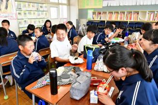 クラスメートと昼食を楽しむ生徒。盛岡市内の中学校3校は牛乳のみ提供する「ミルク給食」となっている=6月25日、盛岡市・仙北中