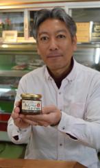「熱々ご飯のお供にもってこい」と新商品に自信を見せる安部吉弥社長