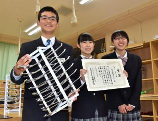 入賞の喜びをかみしめる胆沢中の(左から)川又悠さん、伊藤優夏さん、千田春野さん
