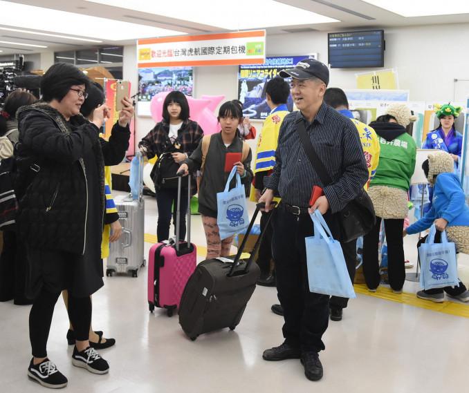花巻空港に到着し、歓迎を受ける台湾からの旅行客=3月28日