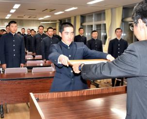 21世紀枠県推薦校の表彰状を受ける小林飛翔主将ら千厩の選手たち