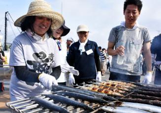 7月に大船渡市で行われた認定試験。これまでに340人のさんま焼き師が誕生している