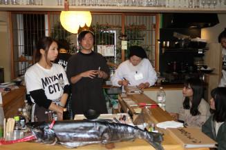 宮古の海産物をアピールする鈴木良太専務(左から2人目)