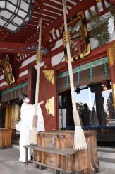 拝殿のすすを払う盛岡八幡宮の神職