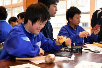 サケ革を使ったカードケースを夢中で作る中学部の生徒ら