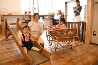 「Cafe&Living UCHIDA」の託児所スペース。子どもたちがのびのびと遊んでいる