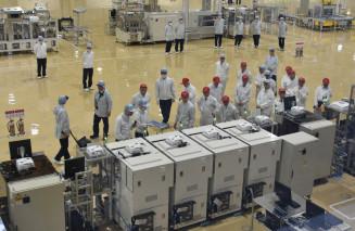自動車用メーターや車載半導体部品量産の新工場を見学する披露会の参加者