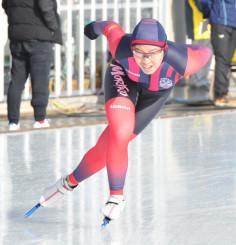少年女子1500メートル 2分11秒44の大会新で優勝した熊谷萌(盛岡工高)=盛岡市・県営スケート場
