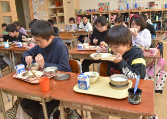 おいしそうに給食を食べる山目小の児童。県内の学校給食は食材費高騰でも栄養量を確保するための対応を工夫している=一関市幸町