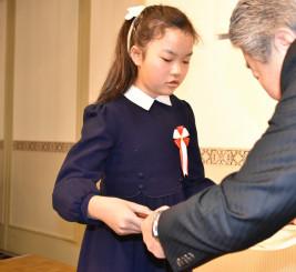 小学校中学年の部最優秀賞の賞状を受ける藤沼凛央さん