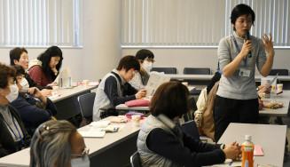 傾聴の基礎や心構えを伝える道岡美和子さん(右)