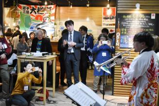 バンド演奏などで交流する参加者