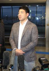 渡米前に報道陣の取材に応じる菊池雄星投手=16日、成田空港