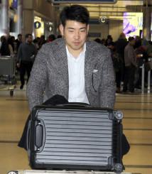 ロサンゼルス空港に到着した菊池雄星投手=16日(共同)
