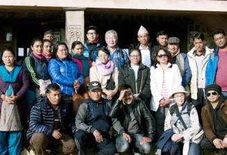 現地の支援者らと記念撮影する松田陽二会長(後列中央)=松田陽二さん提供