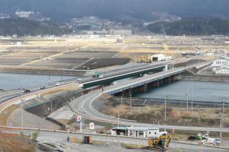 本設の気仙大橋(中央左)が完成し、道路を切り替えた国道45号
