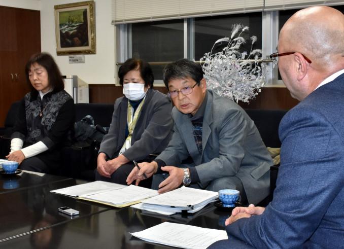 犠牲になった町職員の遺族として、平野公三町長(右)に思いを伝える前川寿子さん(左)と小笠原人志さん、吉子さん夫妻=19日、大槌町役場
