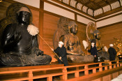 新年へ仏像清めすがすがしく 平泉・中尊寺ですす払い