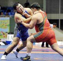 男子フリースタイル125キロ級準決勝 第2ピリオド、相手に圧力をかける金沢勝利(左、自衛隊体育学校)=東京・駒沢体育館