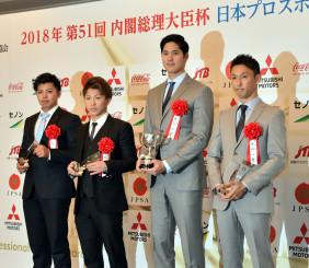 プロスポーツ大賞を受賞した大谷翔平(右から2人目)=東京都内