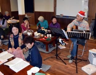 和やかな雰囲気で合唱を楽しむ参加者たち