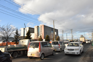 多くの車両が行き交う岩手医大付属病院建設地周辺の道路=20日、矢巾町西徳田(画像の一部を加工しています)