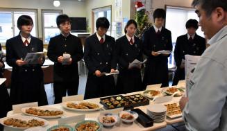 弁当のデザインや販売方法などを話し合う西和賀高の生徒ら