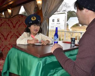 洋風こたつ列車の旅を楽しむ親子連れ