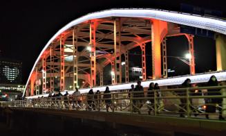 ライトアップされた開運橋とマリオスのハートマーク