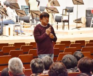 観覧者からの質問に答え交流する佐渡裕さん