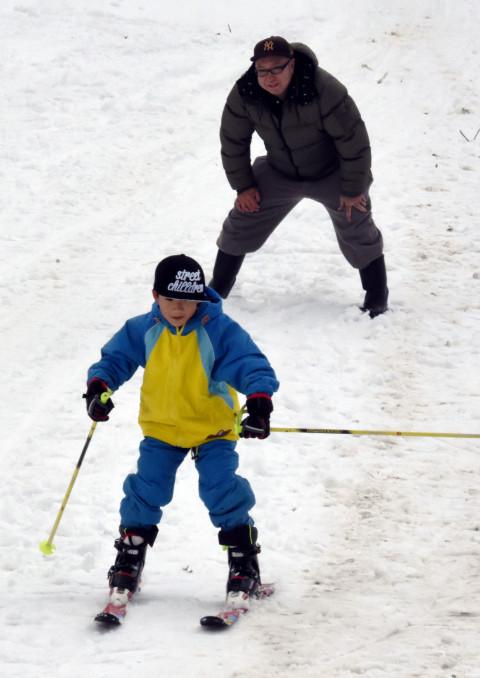 ひめかゆスキー場で初滑りを楽しむ子ども