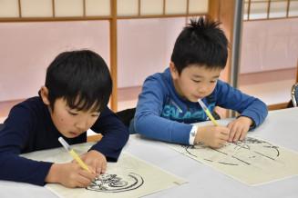 集中して写仏に取り組む子どもたち