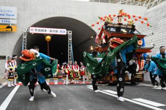 町道細浦・柳沢線の開通を祝って舞う八幡大神楽