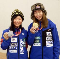 スノーボードW杯女子スロープスタイルで初優勝し帰国した鬼塚雅(右)と2位の岩渕麗楽=23日、羽田空港