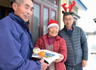 1人暮らしの高齢者宅を訪れ、弁当などを配る民生委員ら