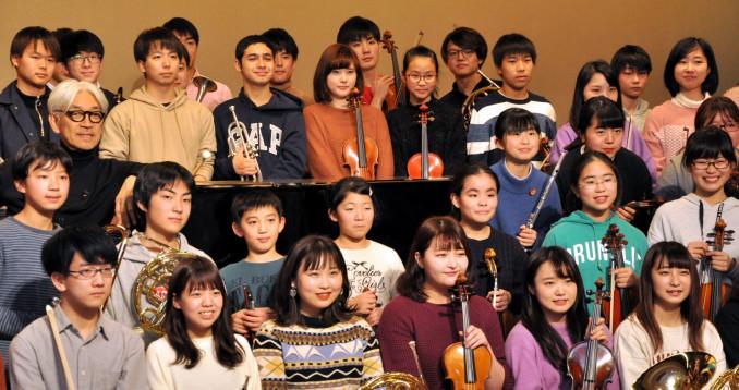 合同練習会に参加した坂本龍一さん(3列目左)とTYOの団員ら。来年3月の公演に向け意欲を高める