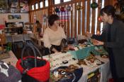 聖夜彩る雑貨、見て 遠野・地元女性ら手作り品販売