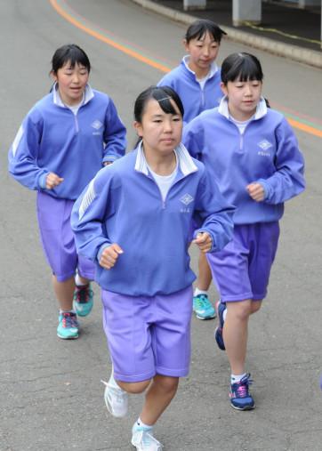 本番に備えて最後の調整に励む豊間根中女子の選手たち=盛岡市・県営運動公園