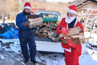 1人暮らしの高齢世帯にまきを届けるくらし委員会の松野下冨則さん(左)と尾坪稔さん