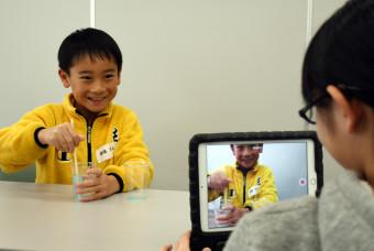 スライムを作る実験を紹介する動画を作る子どもたち